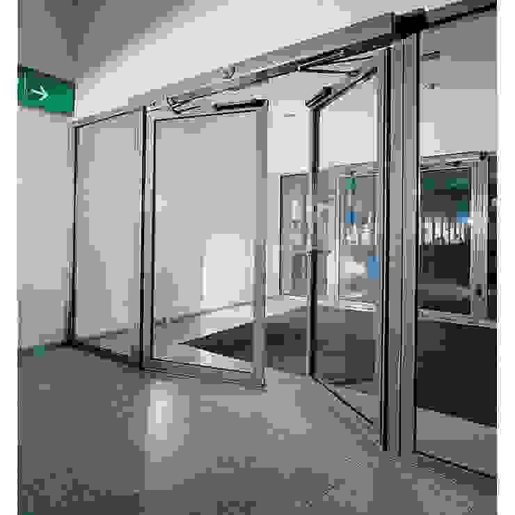 Puertas Abatibles de Acceso, automatizadas y fabricadas en cristal templado. PUERTAS AUTOMÁTICAS GROSSMANN Edificios de oficinas de estilo minimalista Vidrio