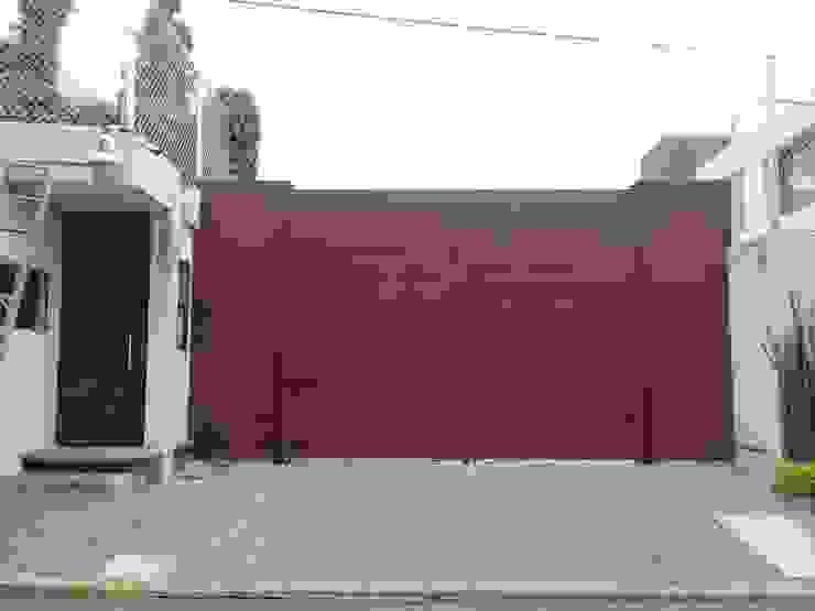 Puerta abatible de dos hojas, forradas con lamina lisa pintada, en unión de puerta peatonal independiente, automatizadas. PUERTAS AUTOMÁTICAS GROSSMANN Puertas de entrada Aluminio/Cinc Acabado en madera