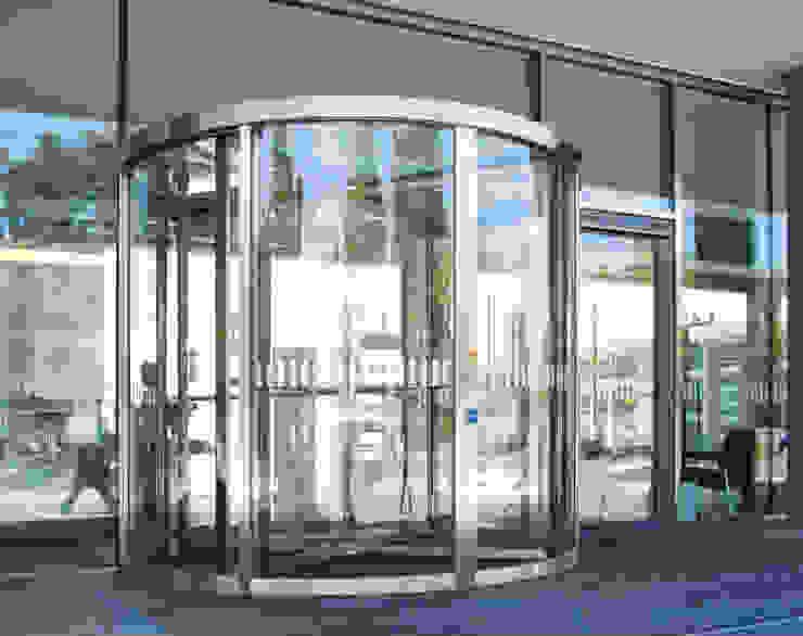 Puertas Giratorias de Acceso, automatizadas y fabricadas en cristal templado. PUERTAS AUTOMÁTICAS GROSSMANN Edificios de oficinas de estilo minimalista Vidrio
