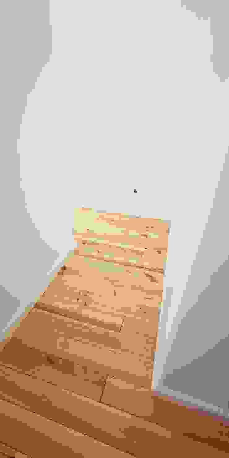 aspecto final da sala, com pavimento de madeira maciça sobre cortiça, paredes forradas com painel de gesso compacto hidrófobo com caixa de ar, rodapé de HDPE, pintura anti-fungica mate da Dyrup IIP - Reabilitação e Construção