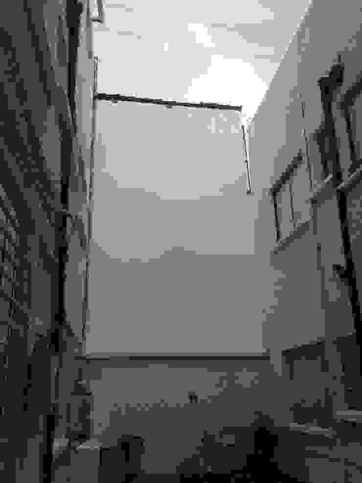 Remodelación Paredes y pisos de estilo moderno de E & E Contratistas Moderno