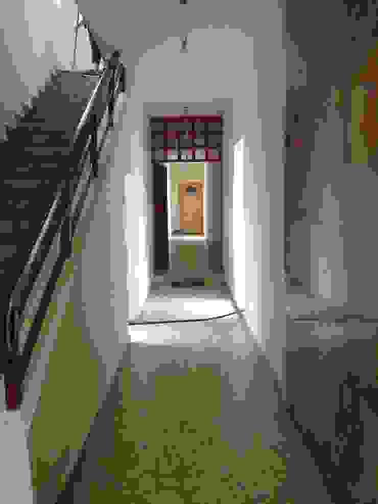 Remodelación Pasillos, vestíbulos y escaleras modernos de E & E Contratistas Moderno