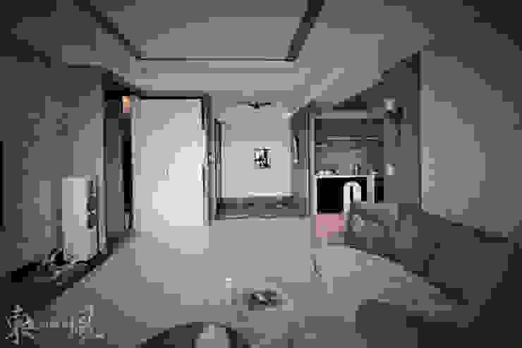 微奢簡約質感中藏入低調且自在的寧靜空間 現代風玄關、走廊與階梯 根據 東風室內設計 現代風