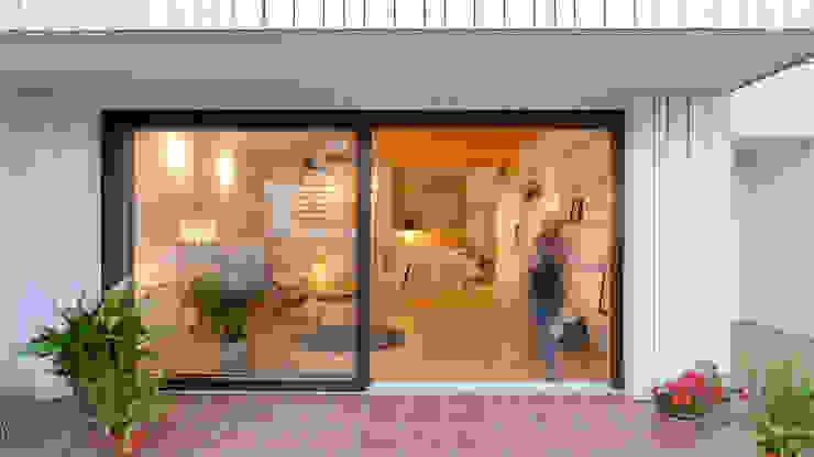 Acceso a patio COMA Arquitectura Casas de madera Madera Acabado en madera