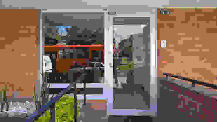ENTRADA PRINCIPAL de A Urbano Construcciones S.A.S Moderno Aluminio/Cinc