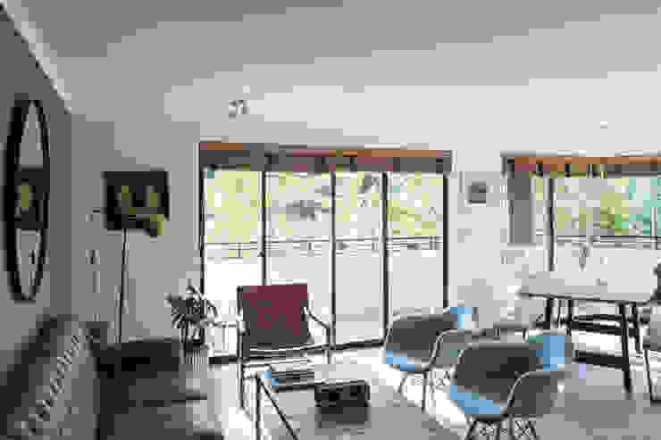 Depto Karmy TRAMA ARQUITECTOS Livings de estilo minimalista