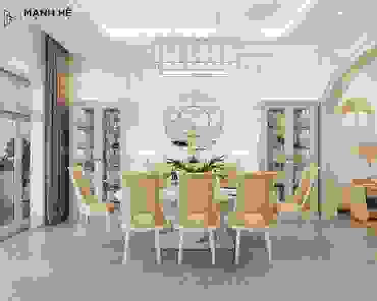 Bộ bàn ăn lớn nổi bật ngay trung tâm nhờ vào bộ đèn pha lê thả trần bởi Công ty TNHH Nội Thất Mạnh Hệ Kinh điển