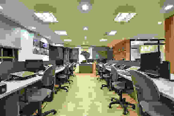 Escritório de Advocacia e Relações Institucionais AVR Studio Arquitetura Edifícios comerciais modernos de madeira e plástico Cinza