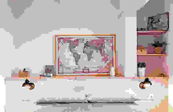 Dormitorio con cabezal-baúl panelado y estantes a medida Estudi Miret Dormitorios pequeños