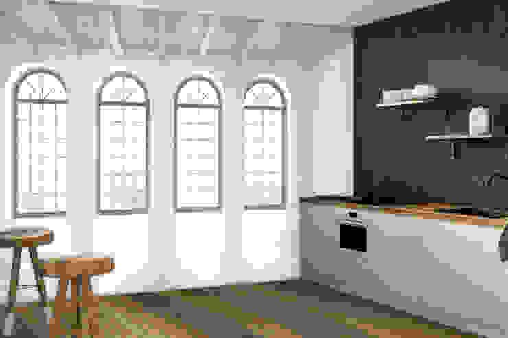 Quando si vuole illuminare un ambiente basta... scoprire una finestra! di Creativespace Sartoria Murale Moderno