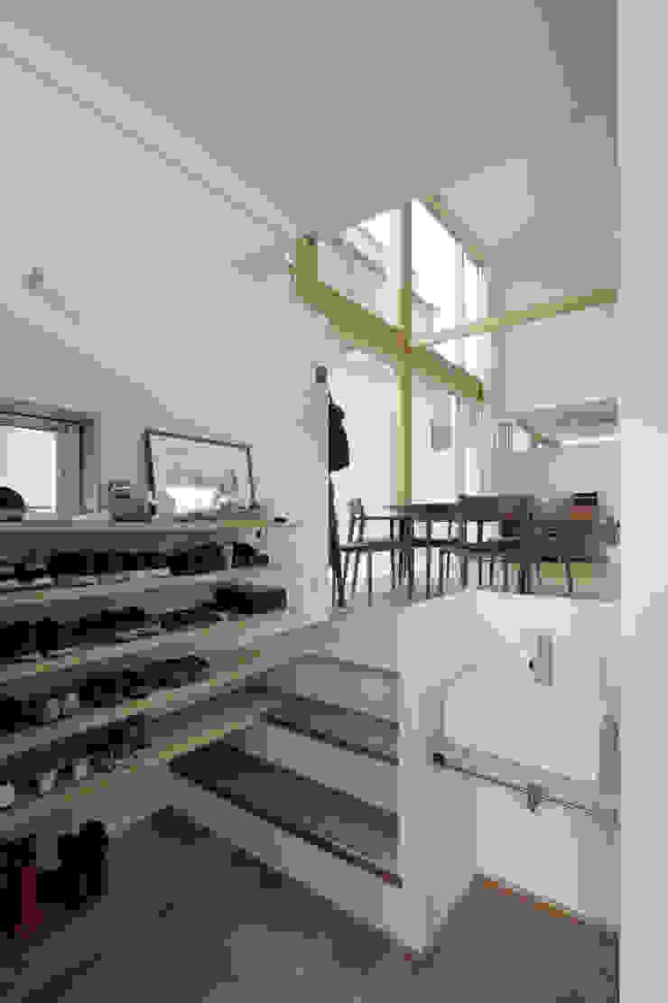 おやまだいのいえ 國分大輔建築設計事務所 オリジナルスタイルの 玄関&廊下&階段 無垢材