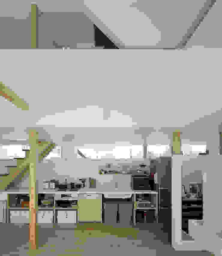 おやまだいのいえ 國分大輔建築設計事務所 オリジナルデザインの キッチン 無垢材