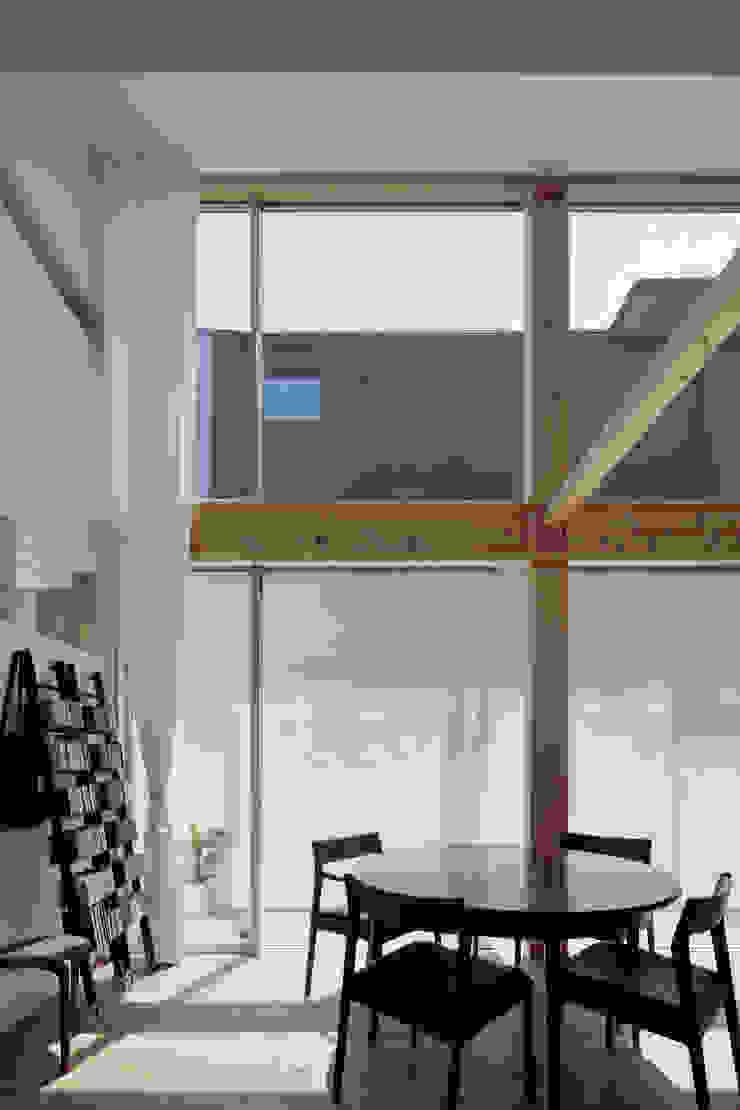 おやまだいのいえ 國分大輔建築設計事務所 オリジナルデザインの リビング ガラス