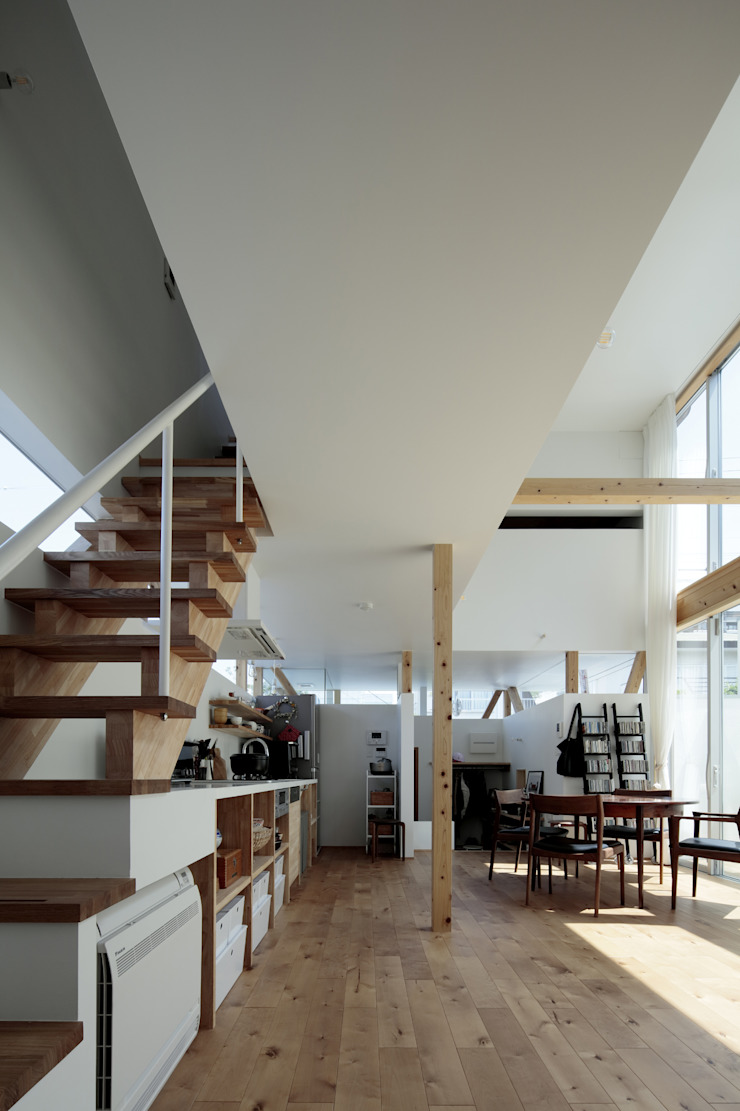 おやまだいのいえ 國分大輔建築設計事務所 オリジナルデザインの キッチン 木材・プラスチック複合ボード
