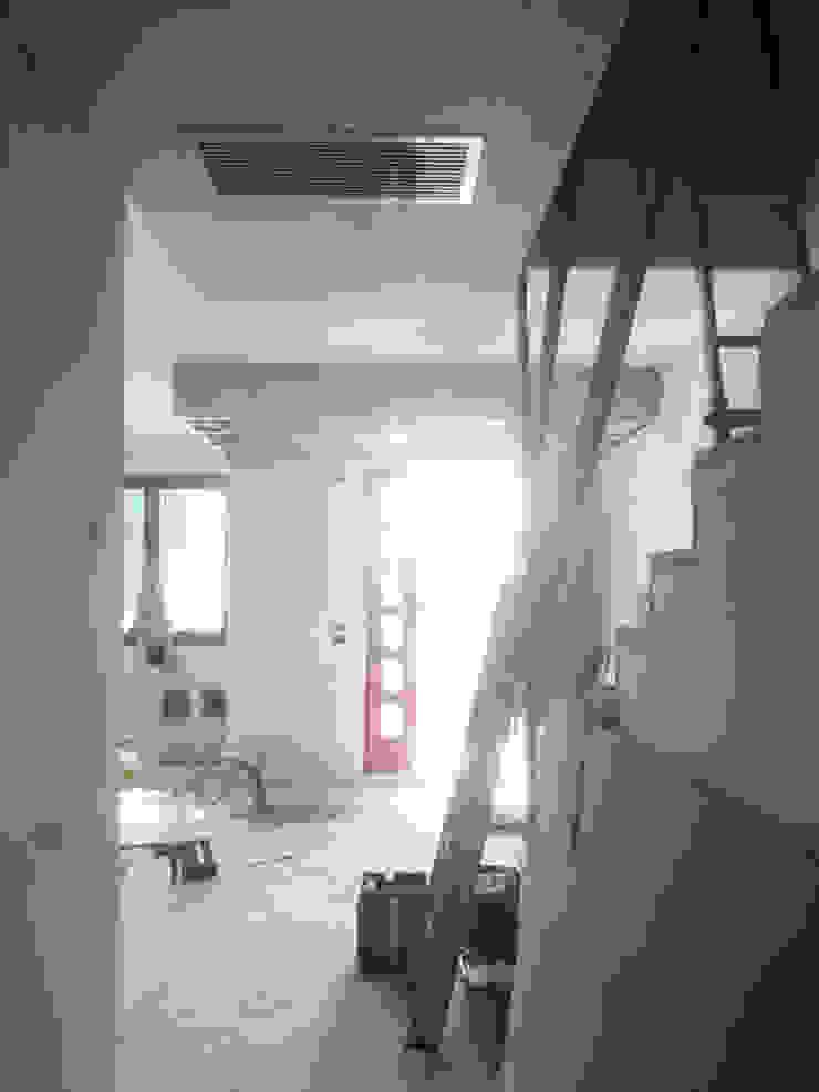 l'ingresso e gli impianti di raffrescamento Studio Dalla Vecchia Architetti Ingresso, Corridoio & Scale in stile moderno