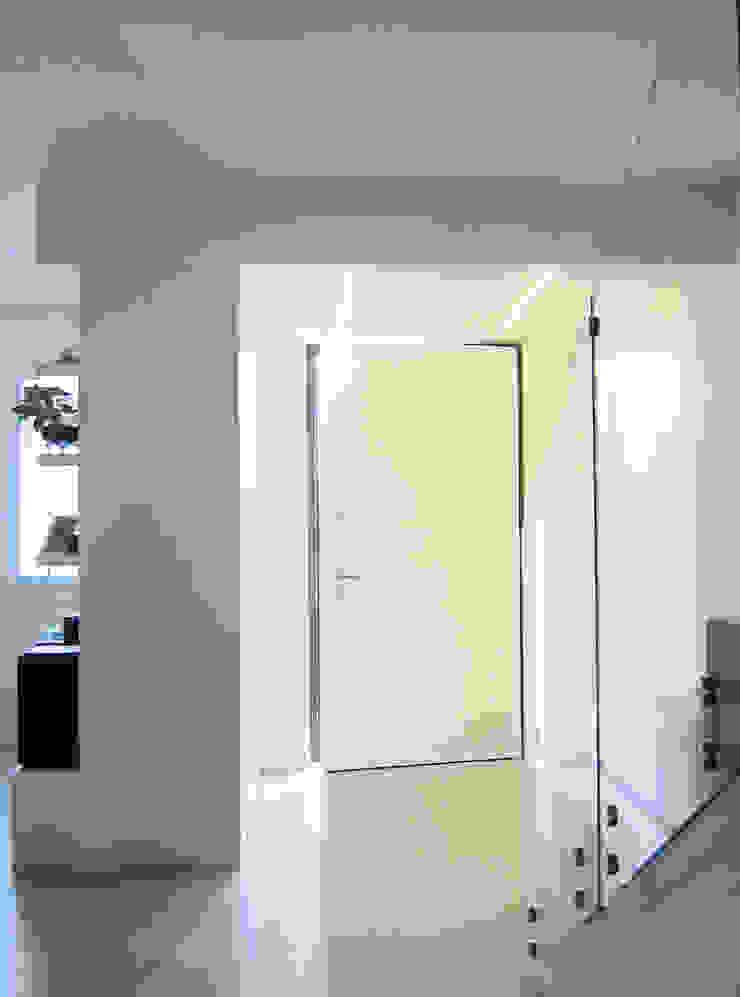l'ingresso Studio Dalla Vecchia Architetti Ingresso, Corridoio & Scale in stile moderno