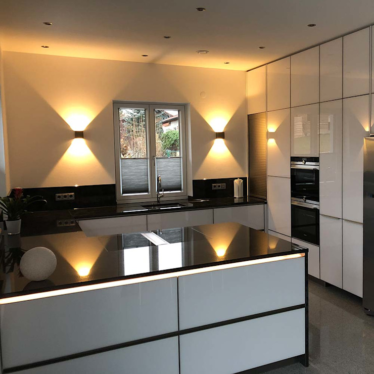 Effektvolle Akzente durch Wandlampen: modern  von Skapetze Lichtmacher,Modern Metall