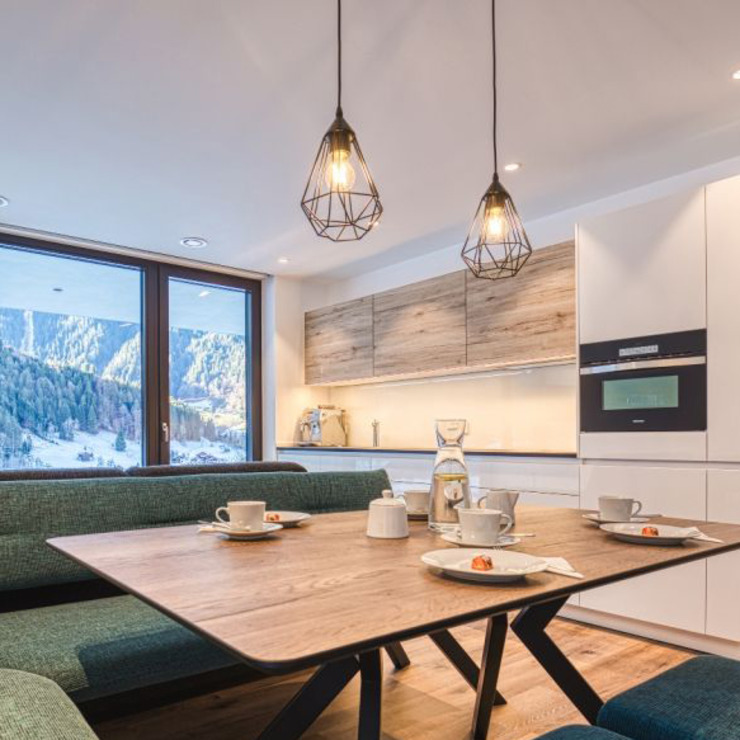 Lichtgestaltung in der Küche, dem Wohn- und Essbereich: industriell  von Skapetze Lichtmacher,Industrial Metall