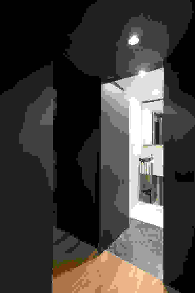 CLT studioSAL_14 Ingresso, Corridoio & Scale in stile moderno