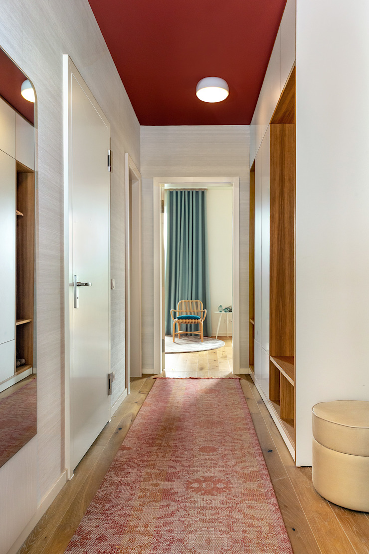 CONSCIOUS DESIGN - INTERIORS Modern corridor, hallway & stairs Wood Red