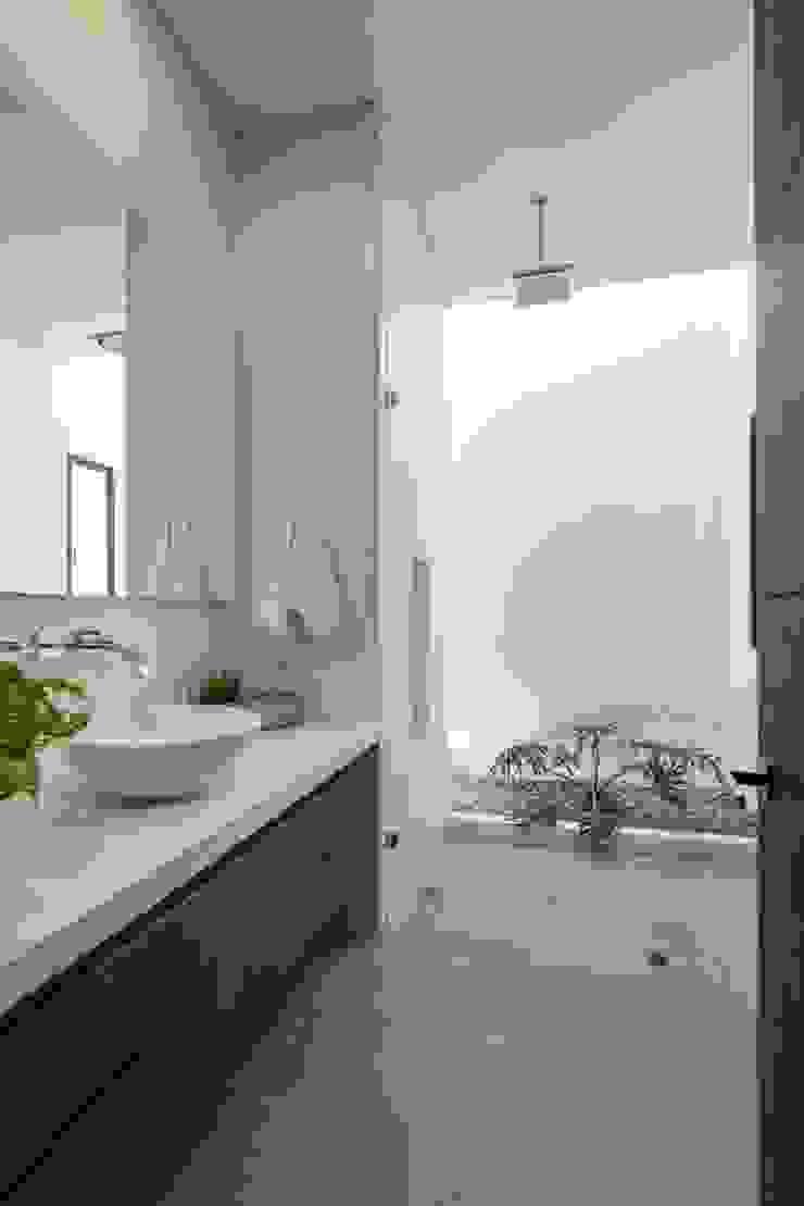 Minimalist style bathrooms by David Macias Arquitectura & Urbanismo Minimalist Concrete
