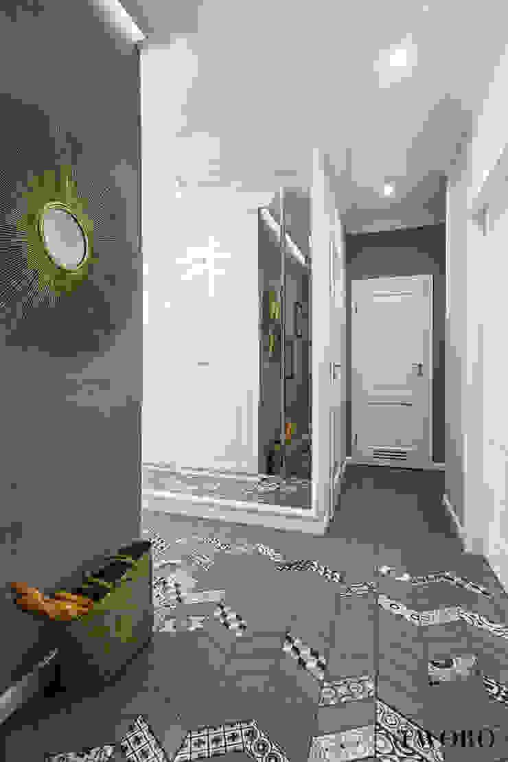 Klaudia Tworo Projektowanie Wnętrz Sp. z o.o. Ingresso, Corridoio & Scale in stile eclettico Grigio