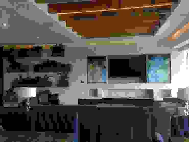Chimena y TV con puertas corredizas abiertas Meza Valle Constructora Paredes y pisos de estilo minimalista Mármol Blanco