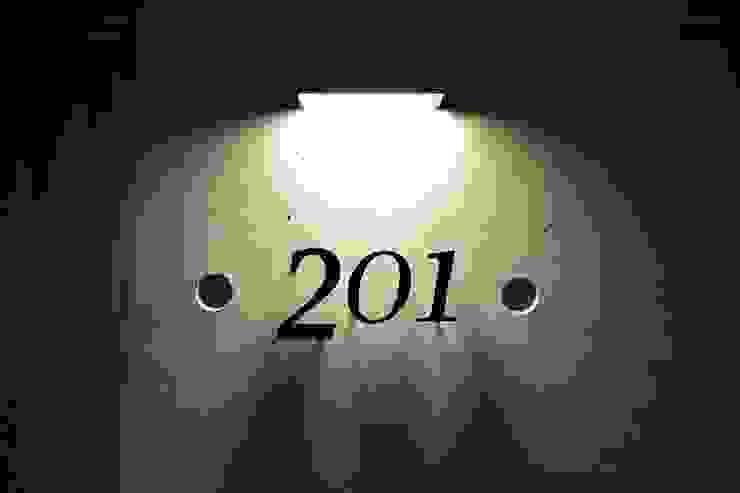 ルームナンバープレート 201: Style Createが手掛けた現代のです。,モダン