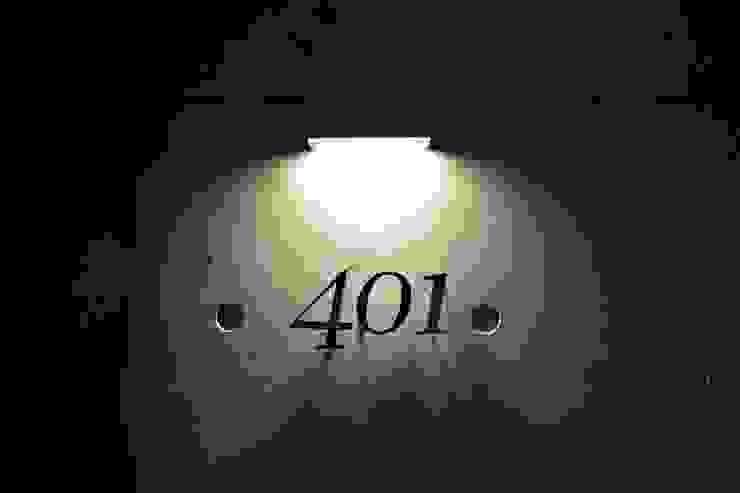 ルームナンバープレート 401: Style Createが手掛けた現代のです。,モダン