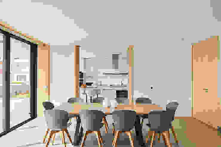 Atelier d'Arquitetura Lopes da Costa Sala da pranzo moderna
