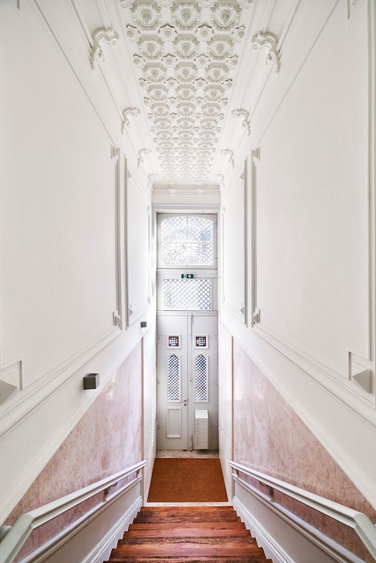 Atelier d'Arquitetura Lopes da Costa Modern corridor, hallway & stairs