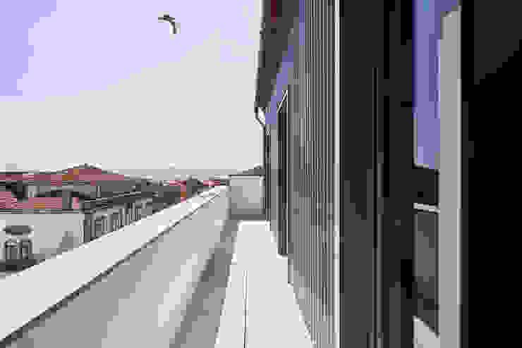 Atelier d'Arquitetura Lopes da Costa Modern balcony, veranda & terrace