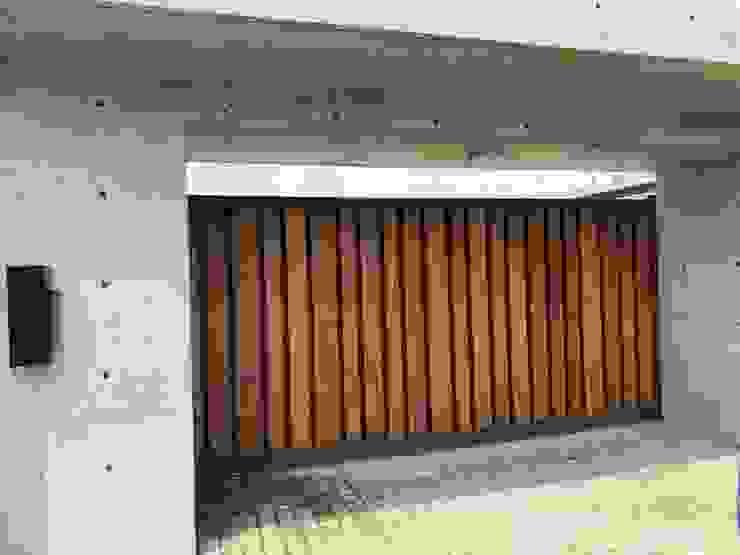 電動車庫門/緬甸柚木 謝木木工作室 Windows & doors Doors Metal Wood effect