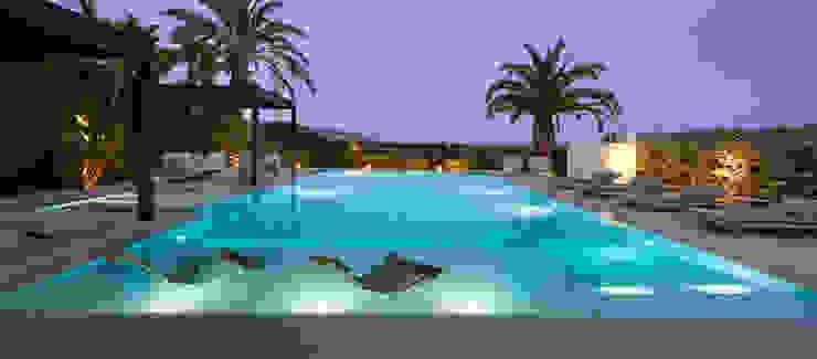 Fiesta nocturna en la piscina de ROSA GRES Moderno Cerámico