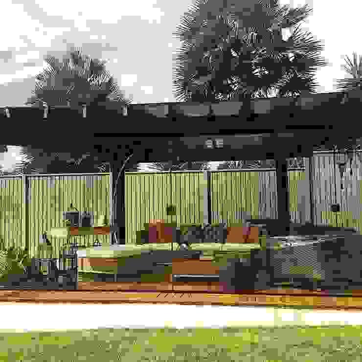 Pergula com sua área de convívio Jardins tropicais por Aadna.Design Tropical