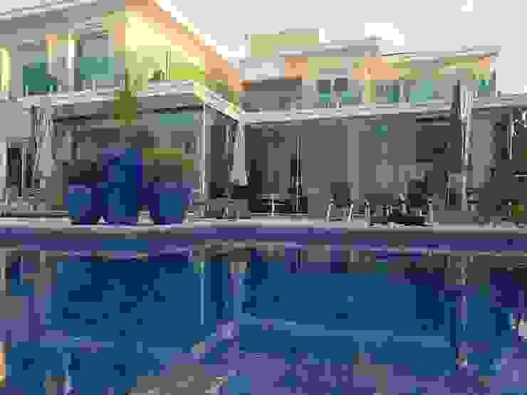 Arquitetura projetada em linhas retas e modernas, mas o tradicional ainda a destacar. Casas modernas por Aadna.Design Moderno