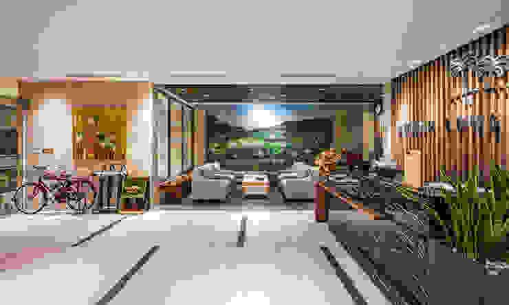 CÔNG TY THIẾT KẾ NHÀ ĐẸP SANG TRỌNG CEEB Modern corridor, hallway & stairs