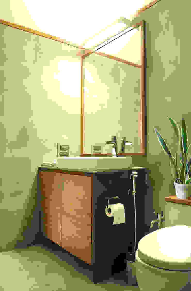 Tropical style bathrooms by Dhruva Samal & Associates Tropical