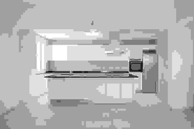 Cozinha por AA.Arquitectos Minimalista Cerâmica