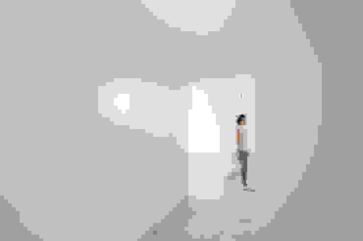 Corredor Corredores, halls e escadas minimalistas por AA.Arquitectos Minimalista Cerâmica