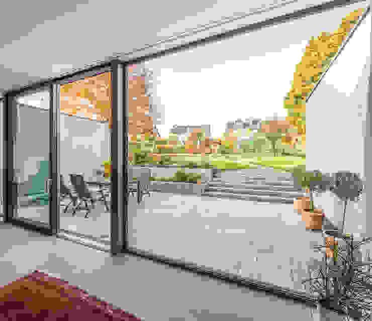 Wohnraum mit Terrassenblick Moderne Wohnzimmer von ZHAC / Zweering Helmus Architektur+Consulting Modern Glas