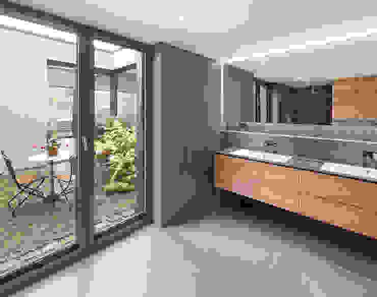 Bad mit Blick in den Patio Moderne Badezimmer von ZHAC / Zweering Helmus Architektur+Consulting Modern Holz Holznachbildung