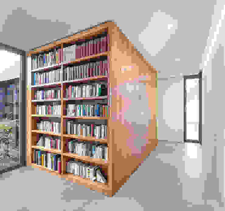 Bücherregal als Teil des Kubus: modern  von ZHAC / Zweering Helmus Architektur+Consulting,Modern Holz Holznachbildung