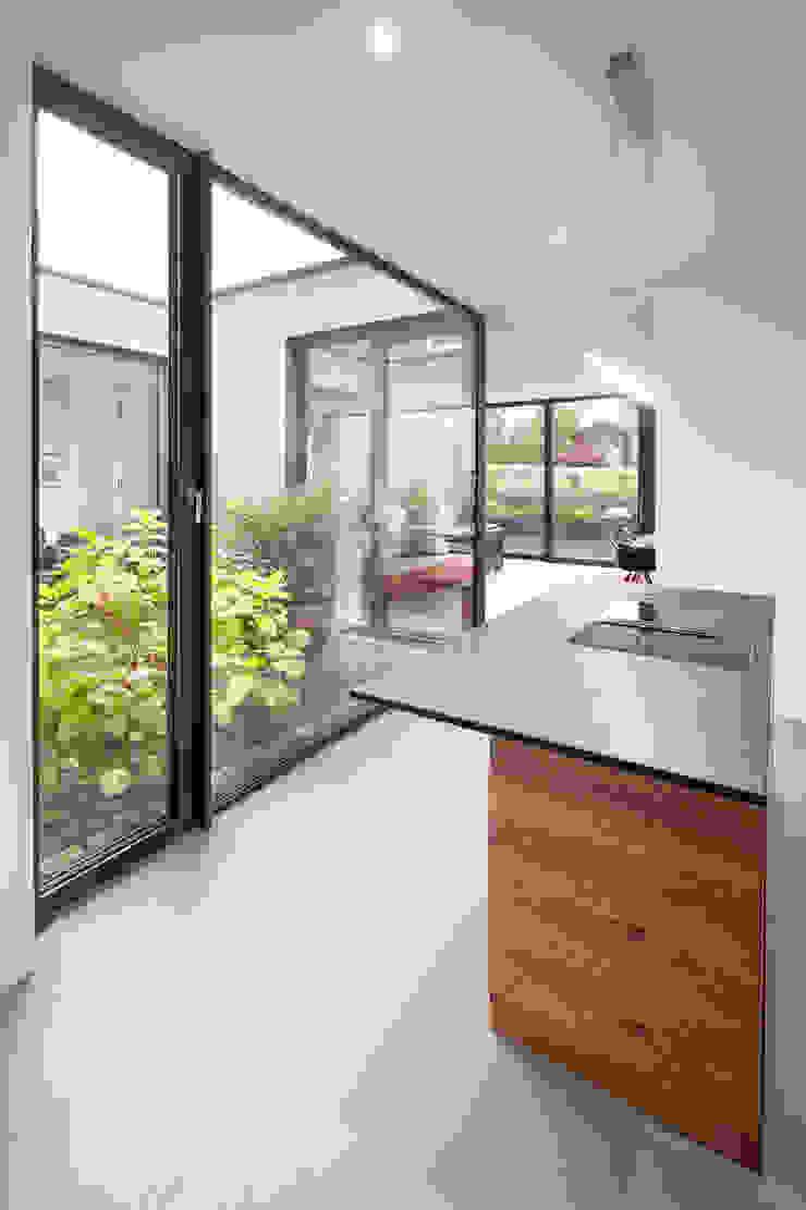Küche mit Blick in den Patio von ZHAC / Zweering Helmus Architektur+Consulting Modern Holz Holznachbildung