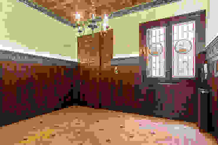 Entrada-Recibidor Arquigestiona Reformas S.L. Pasillos, vestíbulos y escaleras de estilo clásico Madera maciza Acabado en madera