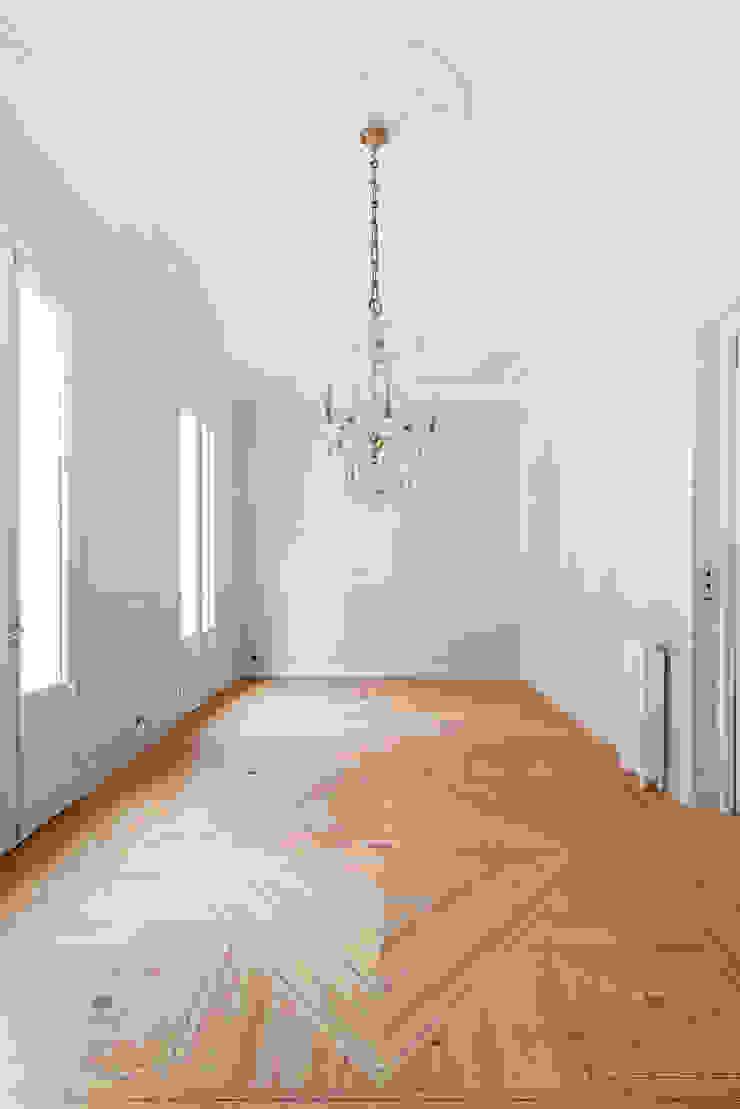 Arquigestiona Reformas S.L. Ruang Keluarga Klasik Parket Grey