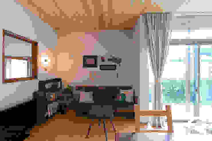 環アソシエイツ・高岸設計室 Soggiorno in stile coloniale