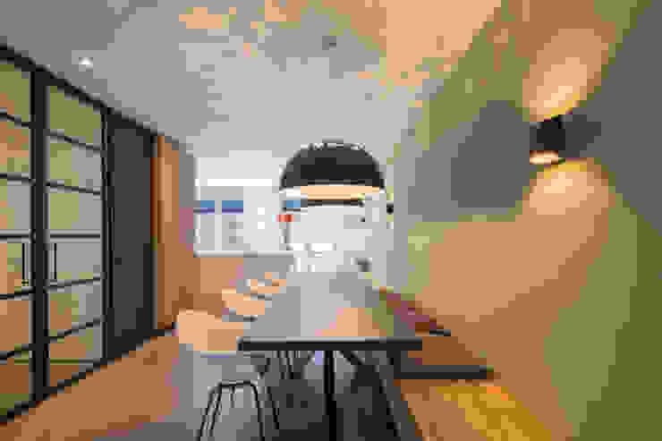 Eetkamer Moderne eetkamers van ÈMCÉ interior architecture Modern