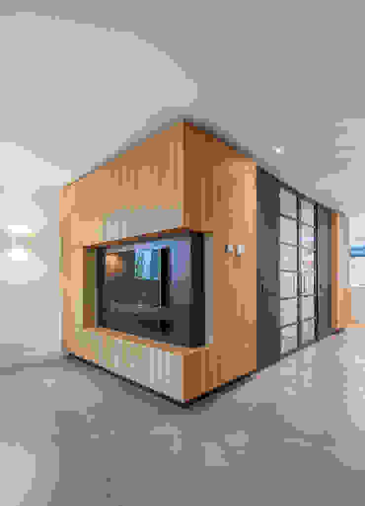 AV wand ÈMCÉ interior architecture Moderne woonkamers