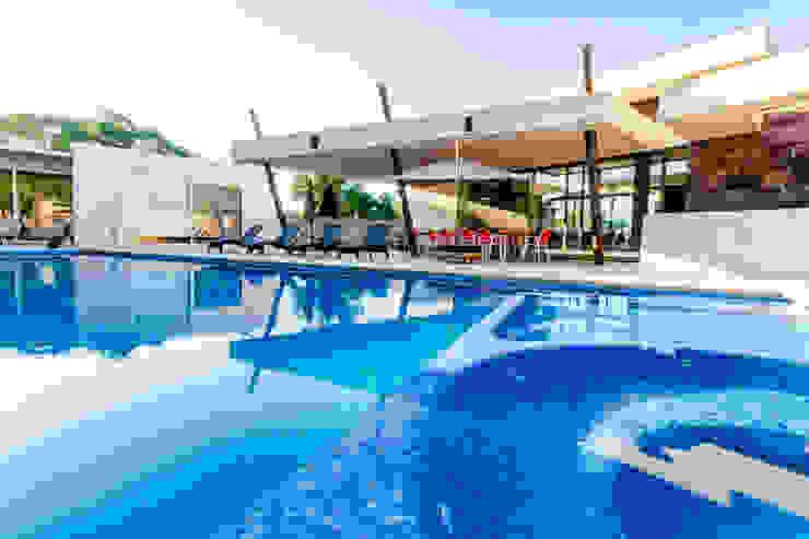 Alberca y Terraza Balcones y terrazas modernos de GRUPO VOLTA Moderno